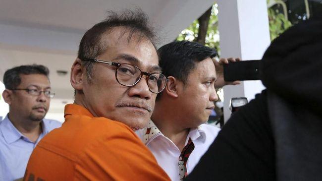 Aktor Tio Pakusadewo ditangkap tim direktorat Resnarkoba Polda Metro Jaya terkait tindak pidana narkotik. Polisi menemukan tiga bungkus plastik sabu seberat 1,06 gram.