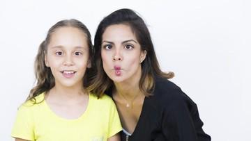 Aksi Kocak Ibu 'Ganggu' Anaknya yang Lagi Serius Nyanyi