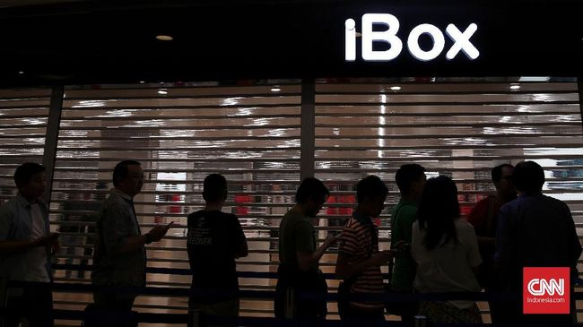 Antrian pembeli iPhone X yang dijual perdana oleh iBox tak terlalu ramai. Antrian dimulai pukul 8.30 dan hanya puluhan orang yang tampak antri.