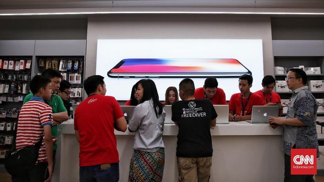 iPhone X resmi beredar di Indonesia. Para pembeli beranggapan harga di Indonesia tak semahal yang dikira.