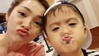 <p>Walaupun jadi ibu bekerja, Maya tetap tahu caranya bersenang-senang dengan si kecil. (Foto: Instagram/mayaseptha7)</p>