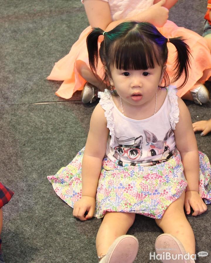 <p>Sampai bengong nih si kecil karena terpana melihat Pinkfong yang lagi nge-dance.</p>