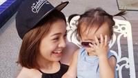 <p>Maya bersama Kathleen, anak keduanya, seperti kakak sama adik ya, Bun, kalau posenya begini. (Foto: Instagram/mayaseptha7)</p>