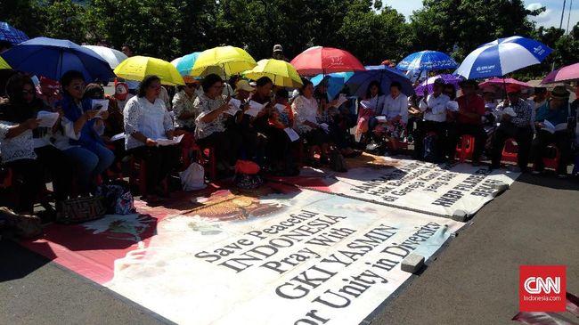 Jemaat gabungan GKI Yasmin dan HKBP Filadelfia Bekasi kembali melangsungkan ibadah Natal di seberang Istana Merdeka sejak rumah ibadah mereka disegel.