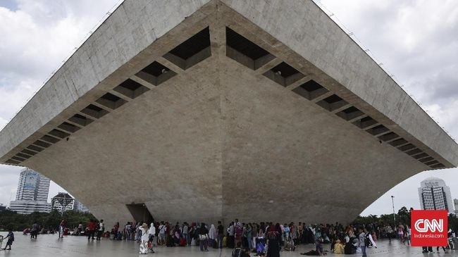 Rancangan Monumen Nasional (Monas) disebut mirip arsitektur Uni Soviet; besar, luas, megah.