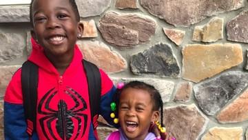 Lihat Deh, Bun, Momen 'Manis' Saat Adik Tunggu Kakak Pulang Sekolah