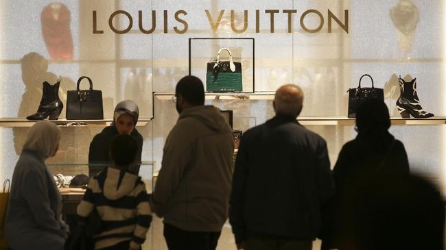 Kim Jones akhirnya meninggalkan posisinya sebagai direktur artistik Louis Vuitton setelah memamerkan koleksi terbarunya fall 2018 di Paris pada Selasa (16/1).