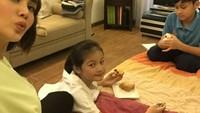 <p>Ada yang sibuk main rubik, ada yang makan, yang penting kumpul ya. He-he-he. (Foto: Instagram/fenitarie)</p>
