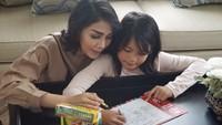 <p>Menemani kakak belajar sebisa mungkin juga dilakukan Fenita nih. (Foto: Instagram/fenitarie)</p>