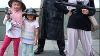 <p>Hmm, kayak bintang film action ya Zaskia dan kedua putrinya. (Foto: Instagram Zaskia Mecca)</p>