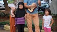 <p>Ayah Hanung Bramandito yang memetik gitar kecil, istri dan anak-anaknya yang menyanyi. (Foto: Instagram Zaskia Mecca)</p>