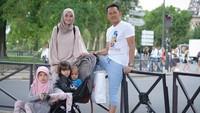 <p>Hmm kalau yang ini keluarga Zaskia-Hanung lagi jalan-jalan ke mana ya? (Foto: Instagram Zaskia Mecca)</p>
