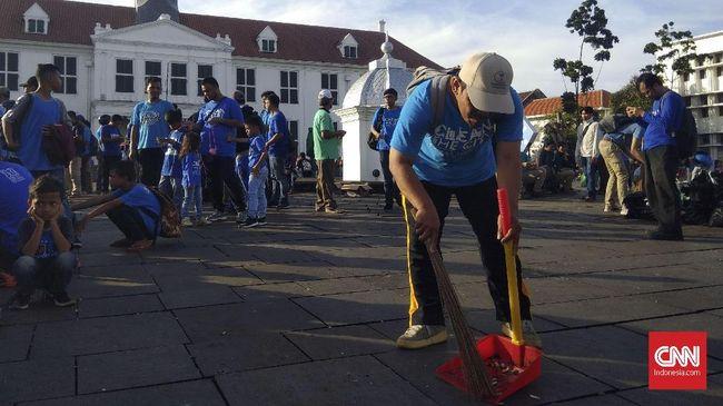 Publik menyambut baik upaya Jemaat Ahmadiyah Indonesia (JAI) dan Humanity First Indonesia (HFI) membersihkan kawasan Kota Tua Jakarta, Senin (1/1).