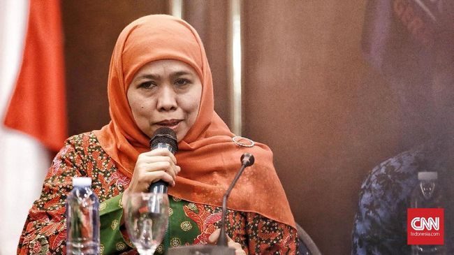 Gubernur Jatim Khofifah Indar Parawansa mengingatkan masyarakat yang tetap berkumpul akan mendapat tindakan tegas dari polisi.