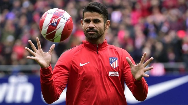 Atletico Madrid's Spanish forward Diego Costa acknowledges supporters at the start of a training session following his welcoming ceremony at the Wanda Metropolitan Stadium in Madrid on December 31, 2017. / AFP PHOTO / PIERRE-PHILIPPE MARCOU