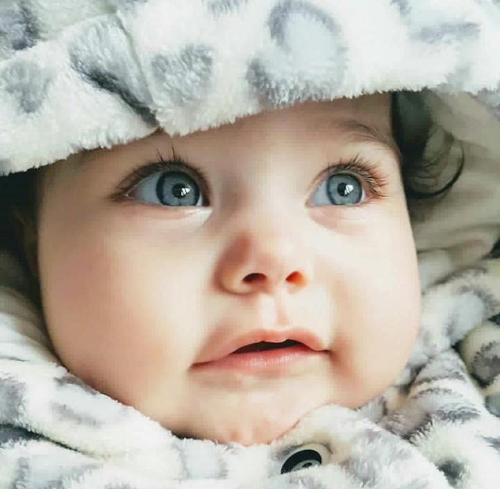 Bayi-bayi ini punya bola mata yang indah banget, Bun. Lihat yuk.