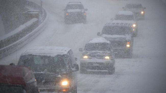 Salju tebal menutupi jalan-jalan Teheran, Iran, pada hari Minggu (19/1).