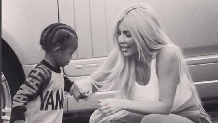 Anak kedua Kim Kardashian terkena pneumonia nih, Bun. Sebagai orang tua, tentu Kim khawatir.