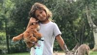 <p>Ayanna Rose, putri pertama Indah Kalalo berani banget nih berpose bareng kanguru. (Foto: Instagram @indahkalalo)</p>