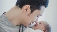 <p>Nose to nose dulu... Aih mancung banget ya bayi satu ini. (Foto: Instagram @raphaelmoeis)</p>