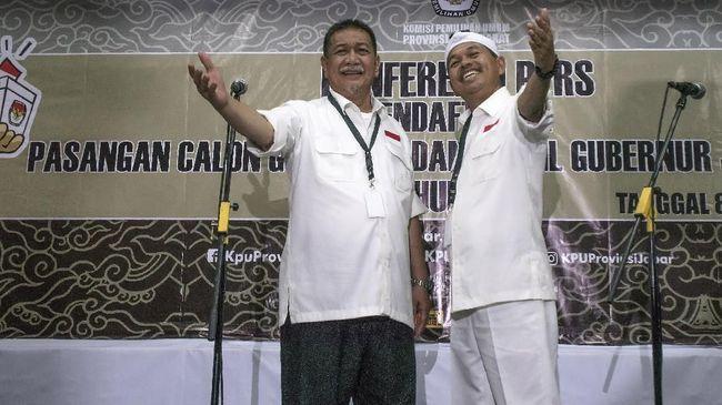 Duet Deddy Mizwar-Dedi Mulyadi mendaftar di KPUD Jabar setelah deklarasi pasangan calon di Sabuga, Bandung, dengan diiringi para pendukung.
