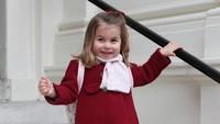 Saat masuk preschool untuk pertama kali, Putri Charlotte berpose di depan Istana Kensington mengenakan coat berwarna merah. (Foto: Dok. Instagram @kensingtonroyal)