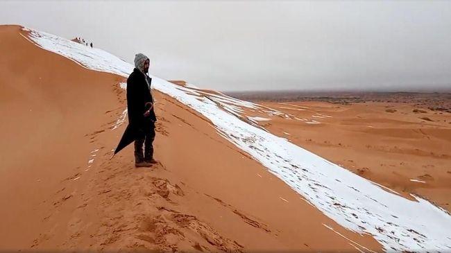 Untuk ketiga kalinya dalam empat dekade, salju turun di gurun Sahara, salah satu wilayah paling panas dan gurun pasir terbesar ketiga di dunia.