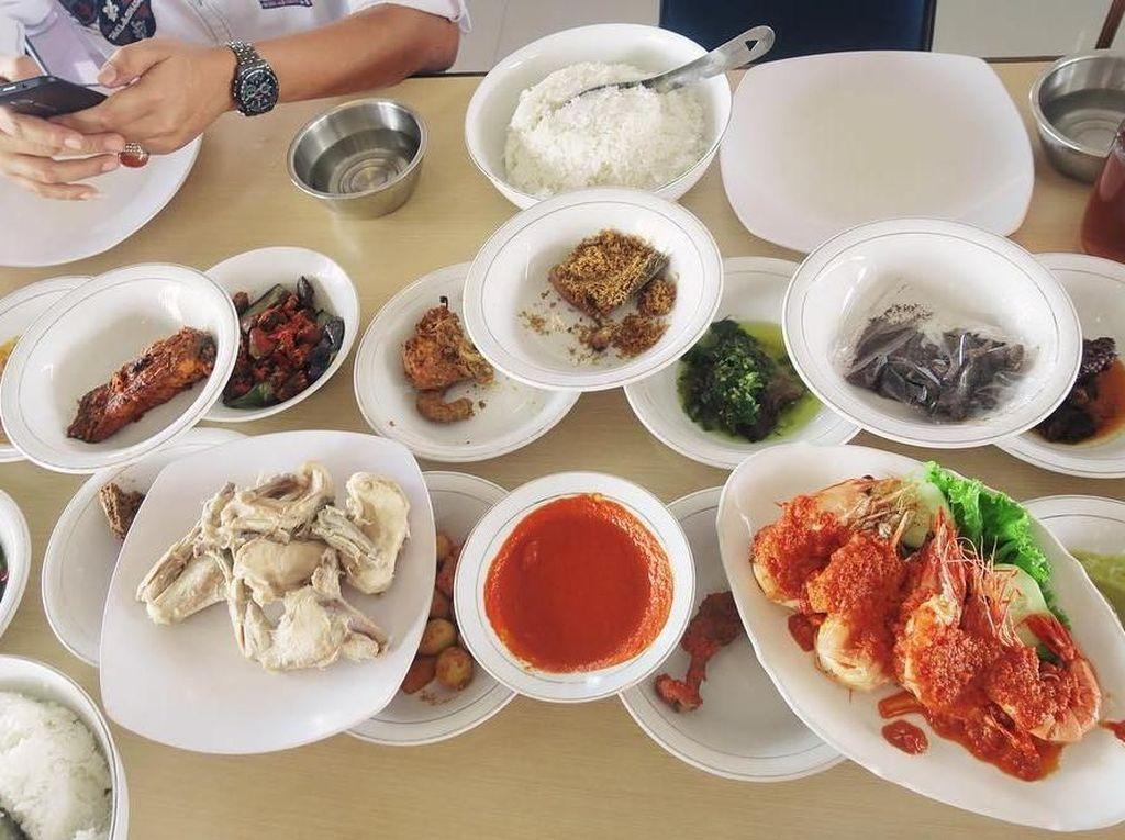Makan makanan Padang di Padang memang lebih nikmat! Pingin kesana lagi deh Aku ❤ Nasi Padang, tulis pemain sinetron kondang ini di instagram pribadinya. Foto: Instagram yukikt