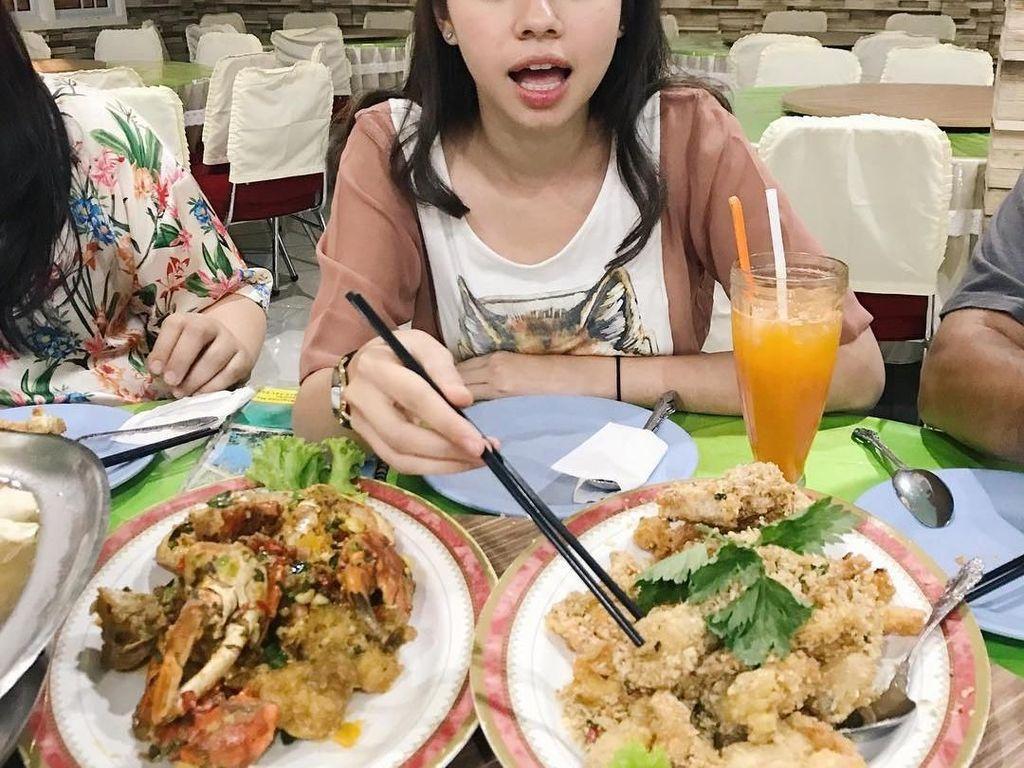 Saat di Jambi, Yuki terlihat sedang menyantap hidangan seafood. Nampaknya itu cumi goreng tepung dan sajian berbahan lobster. Pasti lezat! Foto: Instagram yukikt