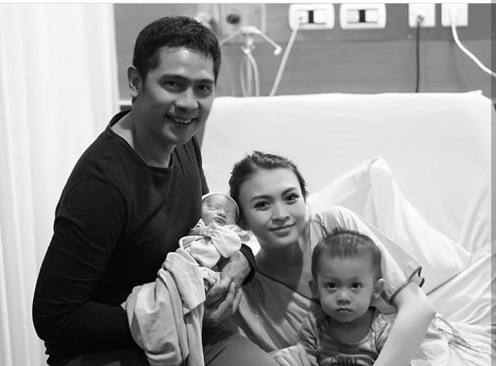 Aktris Donita melahirkan anak keduanya 11 Januari 2018, buah cintanya bersama sang suami, Adi Nugroho. Mirip ibu atau ayahnya ya?