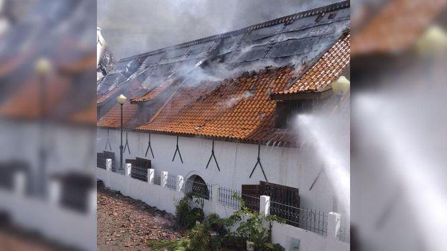 Jumlah mobil pemadam kebakaran yang diterjunkan untuk memadamkan kebakaran di museum bahari terus ditambah sejak laporannya diterima sekitar pukul 08.55 WIB
