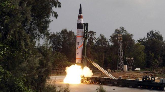 India berhasil menembak salah satu satelit milik mereka, tetapi membuat kesal Pakistan karena dianggap memicu persaingan senjata luar angkasa.
