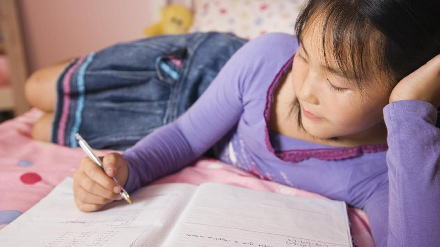 Kesalahan yang Sering Dilakukan Ortu Saat Dampingi Anak Kerjakan PR
