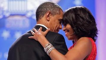 Romantisnya Barack Obama Bawa Bunga di Promosi Buku Istrinya