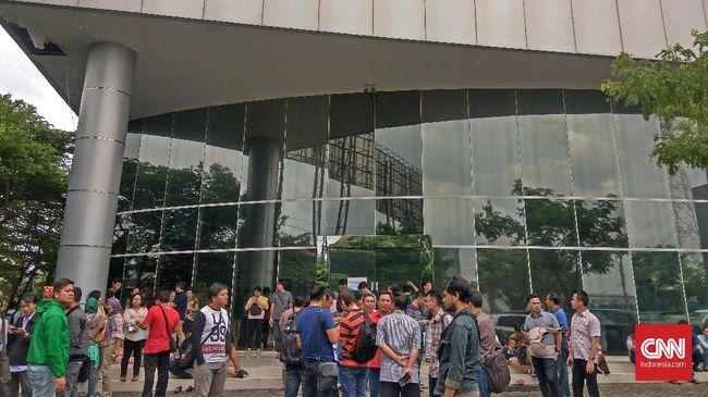 Sipoa Group dilaporkan ke Polda Jatim karena tak kunjung membangun apartemen seperti yang telah diiklankan. Konsumen mendesak uang mereka dikembalikan.