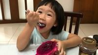 <p>Eh, gadis cilik yang satu ini doyan buah naga merah juga ternyata. (Foto: Instagram/ @finley_g)</p>