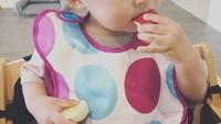 <p>Ekspresi serius si kecil saat menikmati sepotong apel. (Foto: Instagram/ @paula.park)</p>
