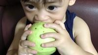 <p>Kira-kira bocah ini bisa makan jambu bijinya nggak ya, Bun? He-he-he. (Foto: Instagram/ @erichuang426) </p>