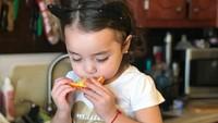 <p>Seger banget ya kayaknya jeruk yang disesap gadis cilik yang satu ini. (Foto: Instagram/ @tiffany.janet)</p>