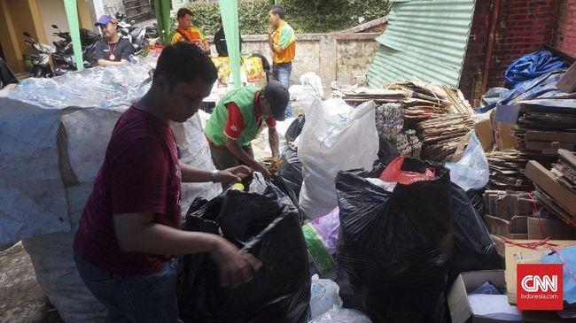 Sejumlah warga Cipaganti, Bandung menggelar Bazaar Belanja dengan Sampah yang masing-masing bisa mendapatkan keuntungan menukar sampah dengan uang.