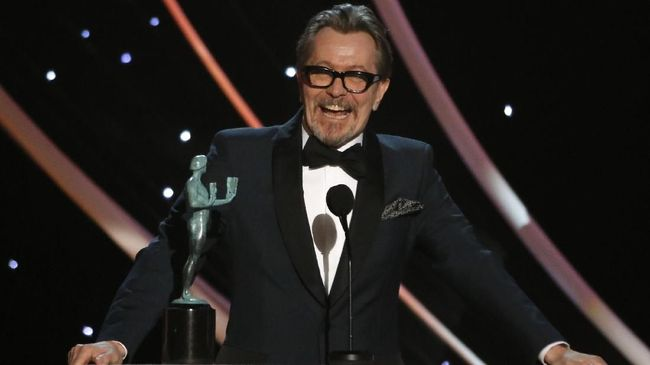 Gary Oldman membawa pulang piala SAG Awards pertamanya, berkat aktingnya sebagai Winston Churchill dalam Darkest Hour.