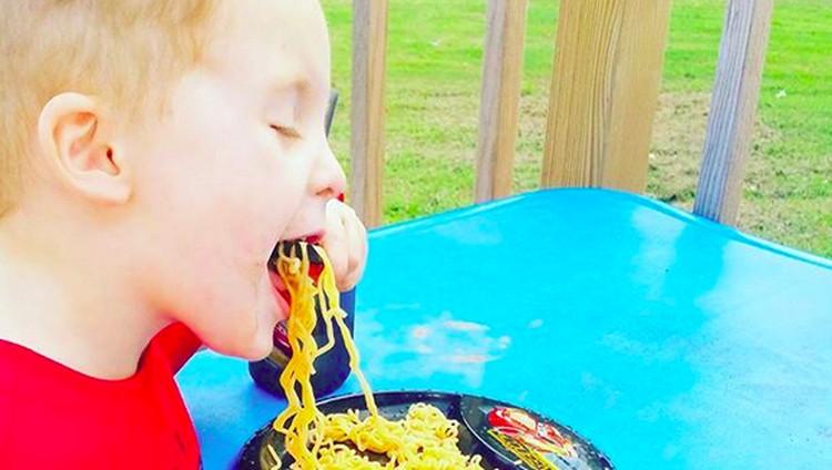 Emotional eating atau makan secara emosional kebanyakan didapati pada orang dewasa. Eits, jangan salah, anak-anak juga bisa kena lho, Bun.