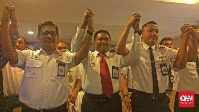 Karyawan dan Pilot Garuda Indonesia mendesak Presiden Joko Widodo memangkas jumlah anggota direksi karena bertentangan dengan keinginan efisiensi perseroan.