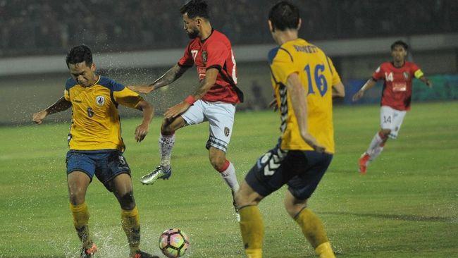 Kapten Bali United, Fadhil Sausu mengatakan Bali United sempat kesulitan main di rumput sintetis usai timnya imbang 1-1 lawan tuan rumah Global Cebu.