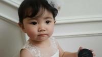 Si imut bergaun putih. (Foto: Instagram @kim_misa)