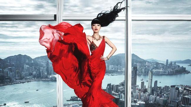 Dalam acara fashion show sky high ocean catwalk, model Jessica Minh Anh menggandeng desainer couture Indonesia, Xiao Fen.
