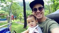 Nah, kalau yang ini Ayah Rio lagi ngajakin si bungsu Raqi main mobil-mobilan ya? (Foto: Instagram @riostockhorst)