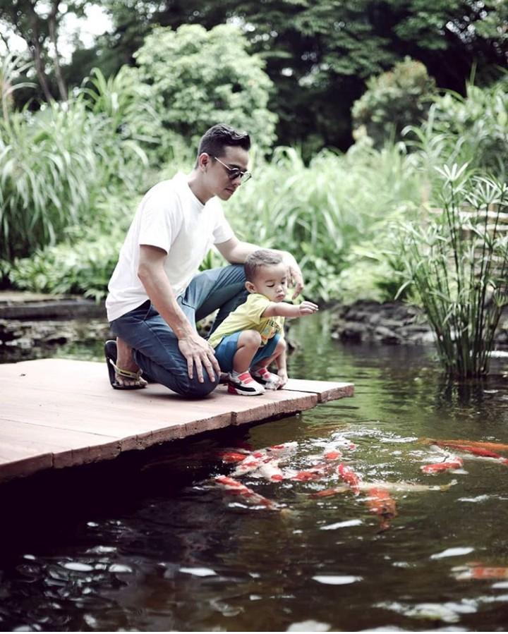Di usianya yang 35 tahun, aktor Rionaldo Stockhorst sudah punya tiga anak. Nah, begini keseruan ayah Rio momong anak.