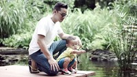 Ketika si kecil ingin melihat ikan bersama ayahnya. (Foto: Instagram @riostockhorst)