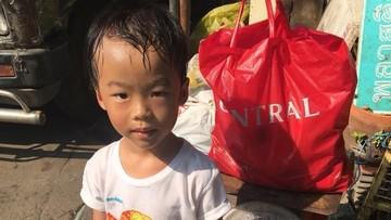 Nggak Mau Sekolah, Anak 5 Tahun Ini Diajak Ibunya Jadi Pemulung